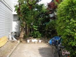 駐車場に以前は竹のフェンスがありましたが腐食が進んだため、ウッドフェンスに取り替えることになりました。