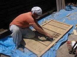 長年使用してきた古い木戸をリニューアルして、 もう一度取り付けます。